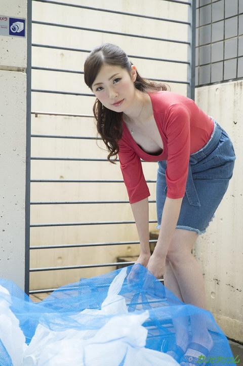 ヤリマンと噂の隣の奥さんは浮きブラでゴミ出し場に現れる 冴君麻衣子